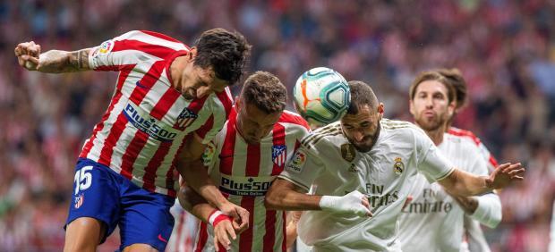 Benzema lucha por un balón en el derbi contra el Atlético
