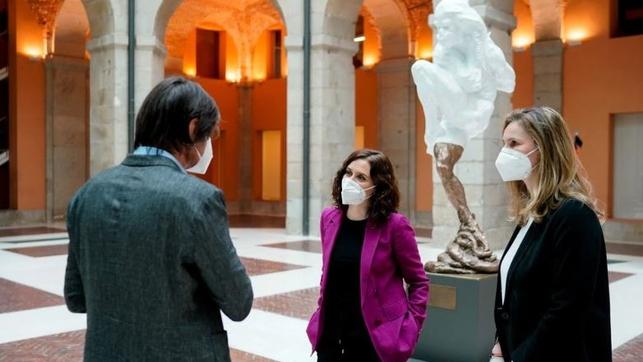 Ayuso retira la escultura de 'Héroes del COVID-19' y la tapa con una lona a la espera de ser reubicada