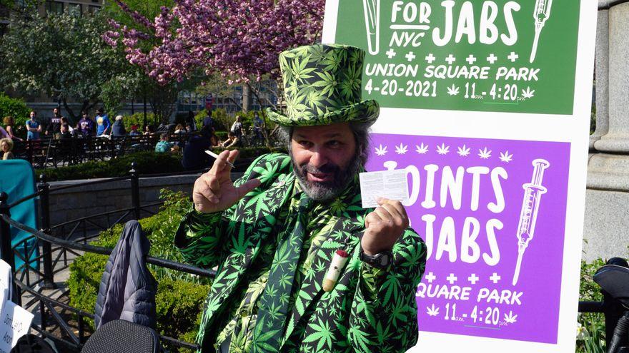 Activistas en Nueva York celebran la legalización de la marihuana regalando porros a los vacunados