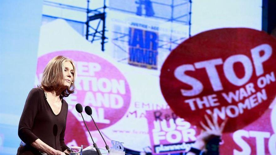 Gloria Steinem, la periodista feminista que convirtió su aborto en un artículo y que hizo del movimiento un fenómeno popular