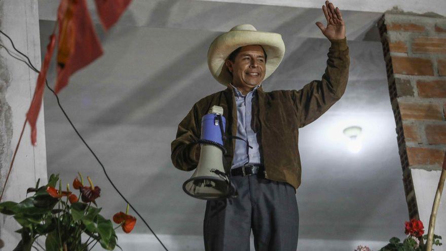 El candidato Pedro Castillo adelanta a Fujimori y lidera un ajustado recuento oficial en las elecciones peruanas