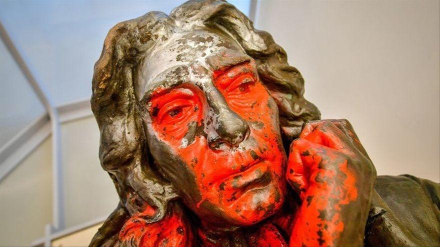 La escultura vandalizada del esclavista Edward Colston se expone en Bristol para que los vecinos decidan su futuro