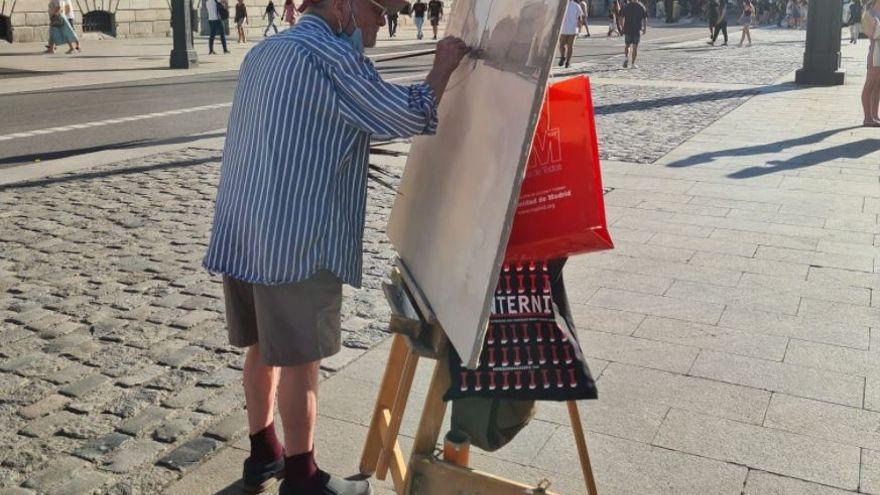 Antonio López vuelve a pintar en la Puerta del Sol para completar un cuadro inacabado hace 11 años