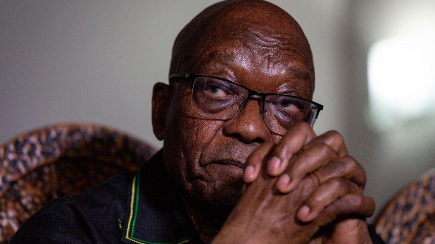 El expresidente sudafricano Zuma se entrega para cumplir prisión por desacato